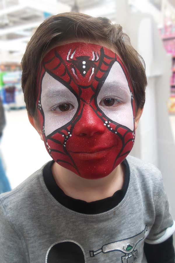 Face painting spiderman pour une animation maquillage enfant par Alicia Ré maquilleuse professionnelle